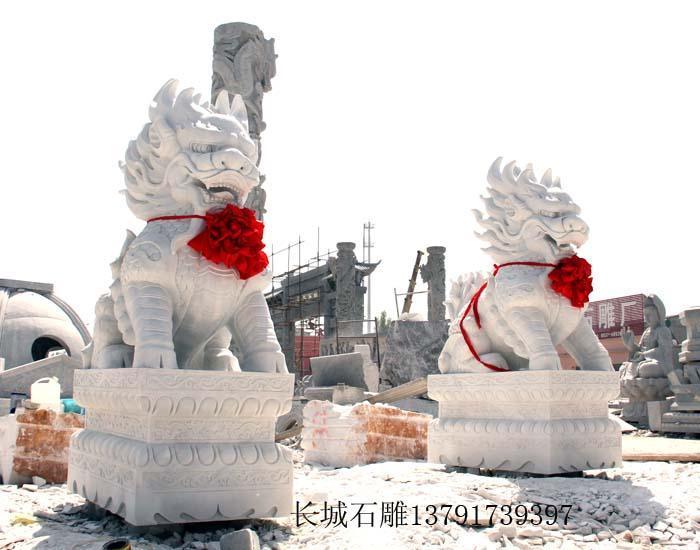 石雕麒麟采用上等的四川汉白玉精雕细琢而成。