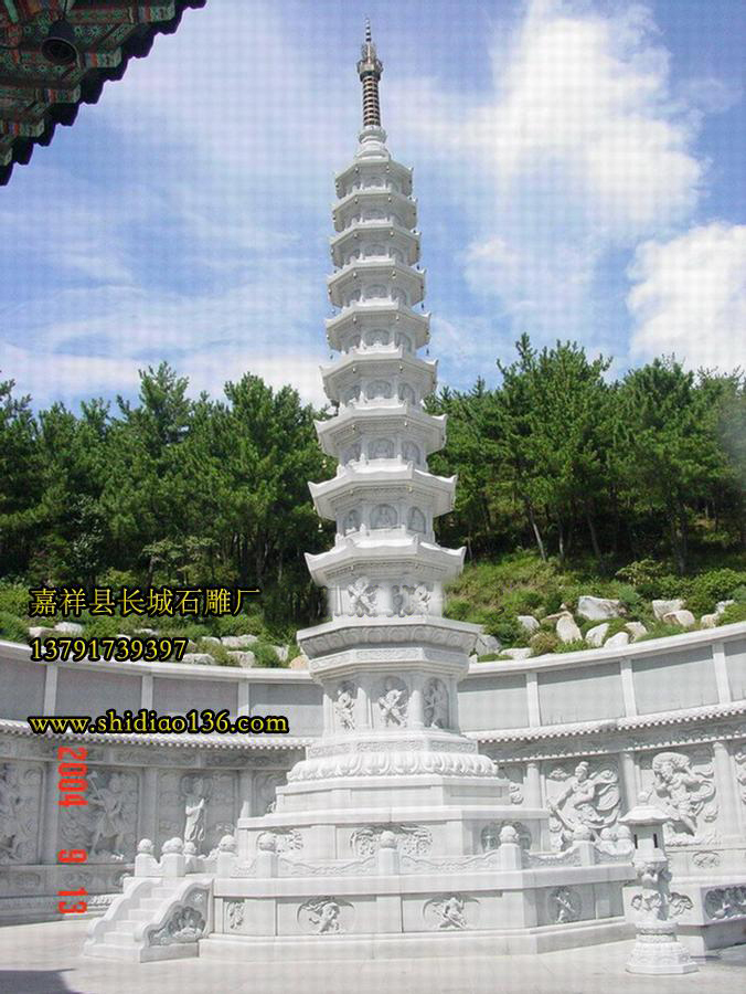 石雕佛塔的存在让大家能够找到这样一个归属,触及到上面的浮雕,用掌心感知世间的风雨轮回。