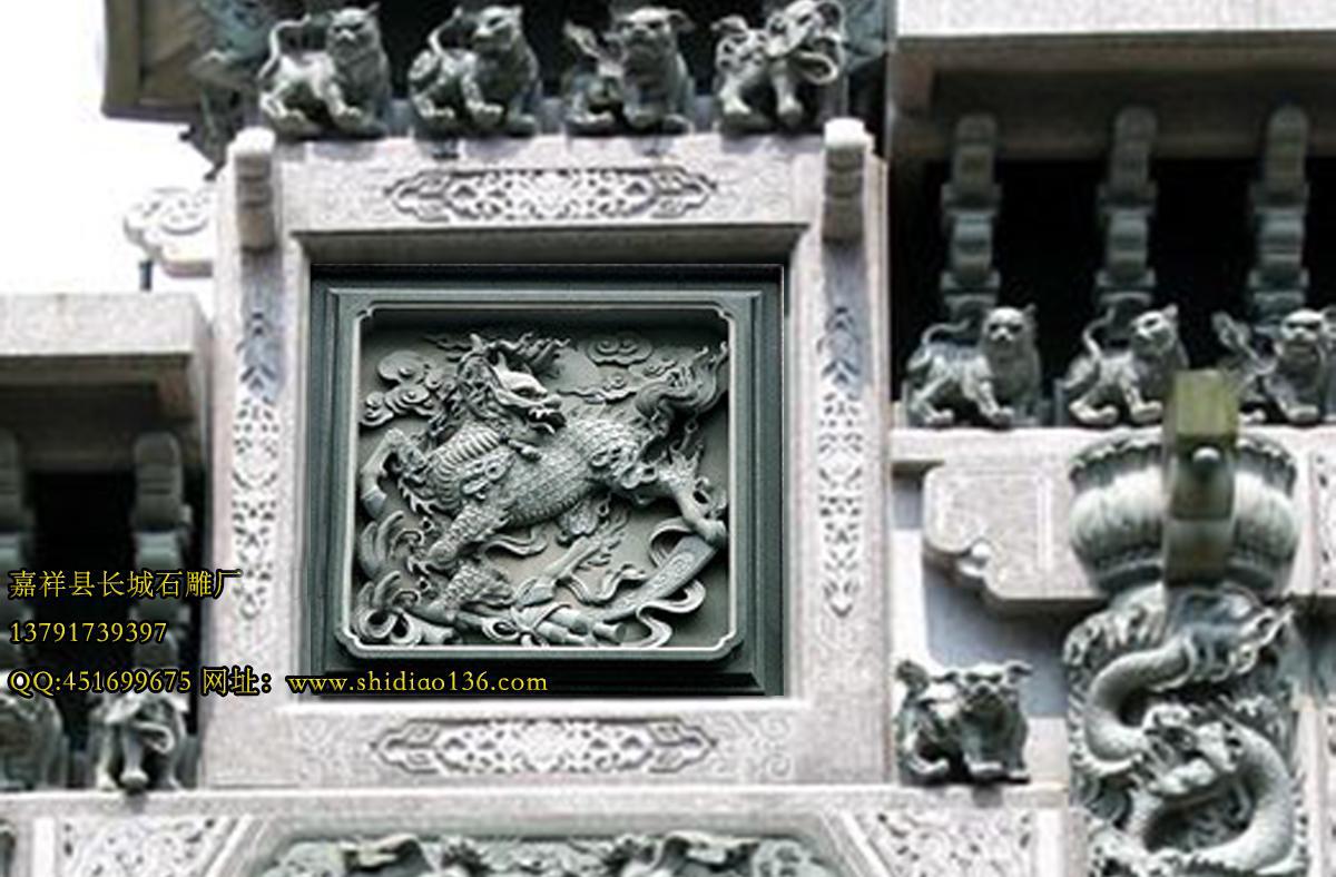 石窗里的图样千姿百态,几何型纹、吉祥图案、人物神仙、飞禽走兽、龙凤狮象、吉祥如意、福禄寿禧等,题材广泛等,精心雕琢,令人目不暇接。