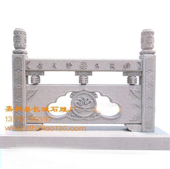 """大雄宝殿的唐代石雕栏杆可谓是我国石栏杆的代表,石栏杆围绕大雄宝殿四周,栏板用""""压地隐起""""浅浮雕的方法雕刻,制式很高。"""