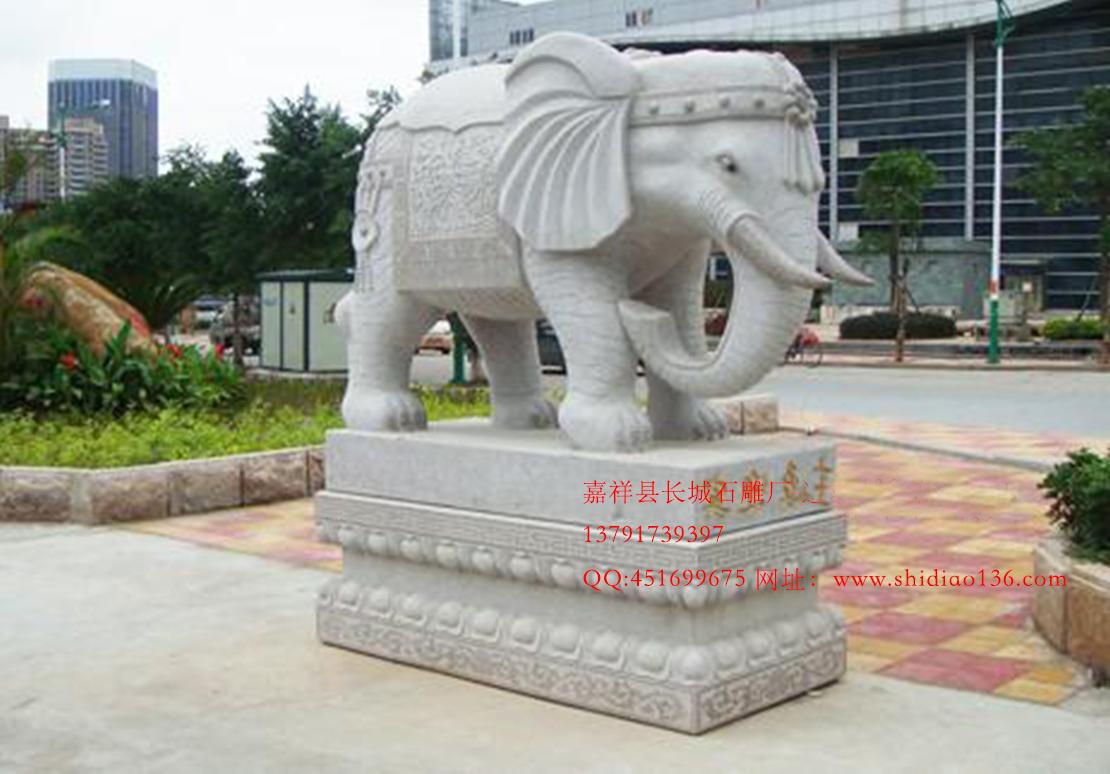 """绘画中以象为题材的主要是在我国南方少数民族中,例如云南的傣族有崇拜象的传统,有时将大象视为选择风水宝地的天意代表者,有以象为题材的佛寺壁画,织锦等。 古代象是身份的象征,象牙装饰品成了王公贵族争相拥有的物品。商封王曾用象牙制作走廊,象床,象著,象尺,象笔等。古代大臣上朝时的""""象板"""",还可以用象牙制作""""象牙牌"""",奖励为国立功的将领。皇帝出行时车辆上也常装饰象牙制品,这种车子又称为""""象格""""。象牙还可以制成酒具,即""""象尊&rd"""