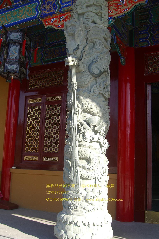 四、古典建筑、仿古建筑都需要摆放石雕龙柱来装饰。 5、石雕龙柱花边的存在意义是什么 在这个天安门前的石雕的龙柱还有这典故在其中,因为这对华表上海刻有一个蹲兽,这个蹲兽头没有朝着宫殿而是朝向外面,而在天安门背后的蹲兽,投则朝向天安门,它们分别象征着不同的意思,朝向宫内的象征着希望皇帝早日回来处理国家大事,朝着宫外的象征着希望皇帝常出去看看他的子民们生活好不好,所以石雕龙柱、华表有着吉祥的雕刻寓意。版权属于: