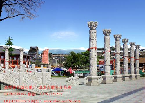 广场中的石雕文化柱.图腾柱有什么魅力